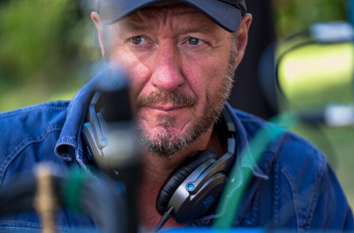 SERIESKAPER: Øystein Karlsen har både skrevet og regissert NRK-suksessen. Sesong to av «Exit» har premiere fredag 5. mars. Foto: NRK