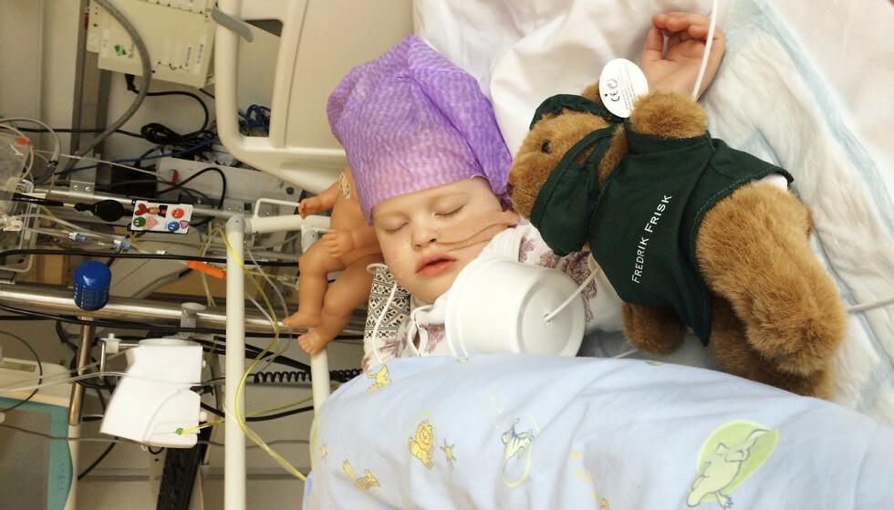 TÅLMODIG: Marte vet hvordan det er å tilbringe mye tid på sykehus. Dukken og kosebamsen kjentes trygge og gode å ha. Foto: Privat