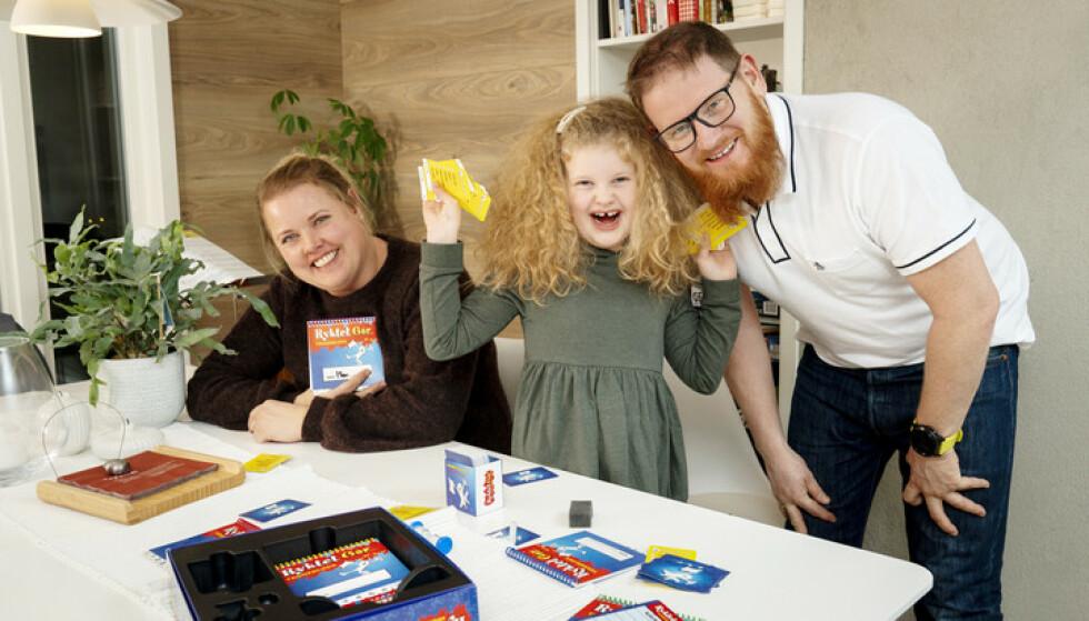 VINNER: Marte trives når hun kan knuse mamma Mona og pappa Rune i kortspill. - Det er det beste jeg vet. Foto: Espen Solli/ Se og Hør