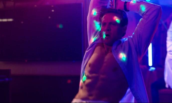 IMPONERER: Tobias Santelmann, som karakteren Henrik, kaster seg rundt stanga i en strippebule i sesong to av «Exit». Foto: Skjermdump/ NRK