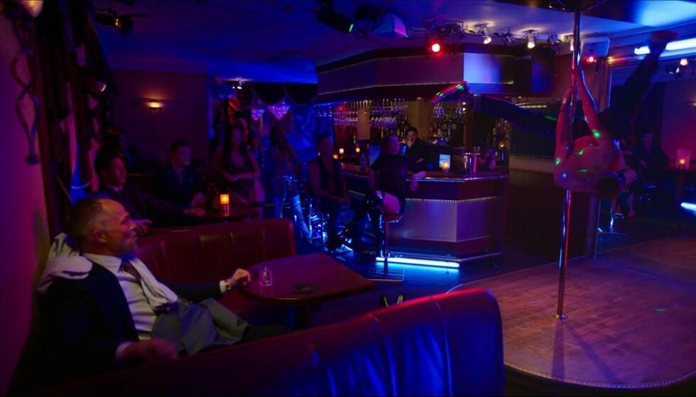 OPP NED: Santelmann bjudar på i strippeklubben. Foto: Skjermdump/NRK