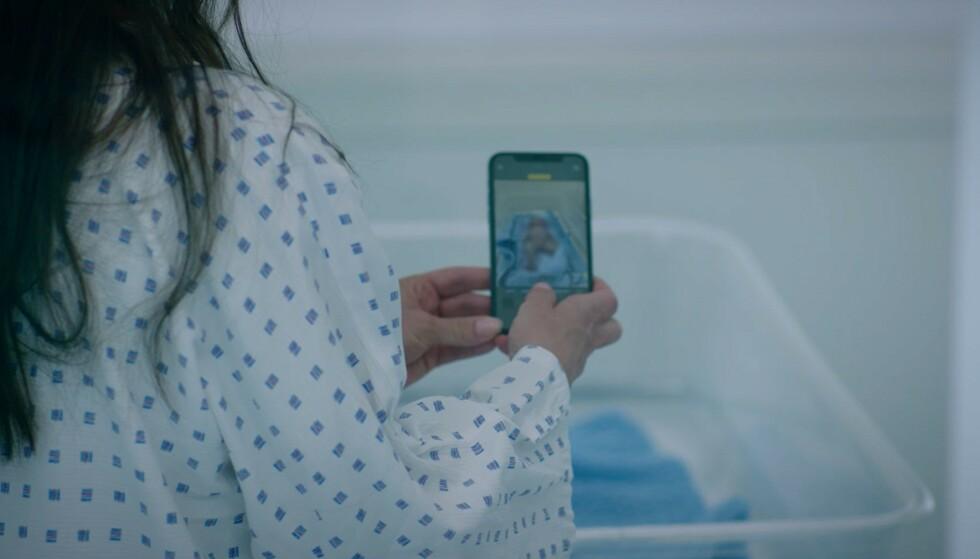 SPONTANABORTERTE: Hermine tar i serien bilde av sitt døde barn for å bruke som pressmiddel. Dagbladet har unngått de mest grafiske bildene av barnet. Foto: Skjermdump/NRK
