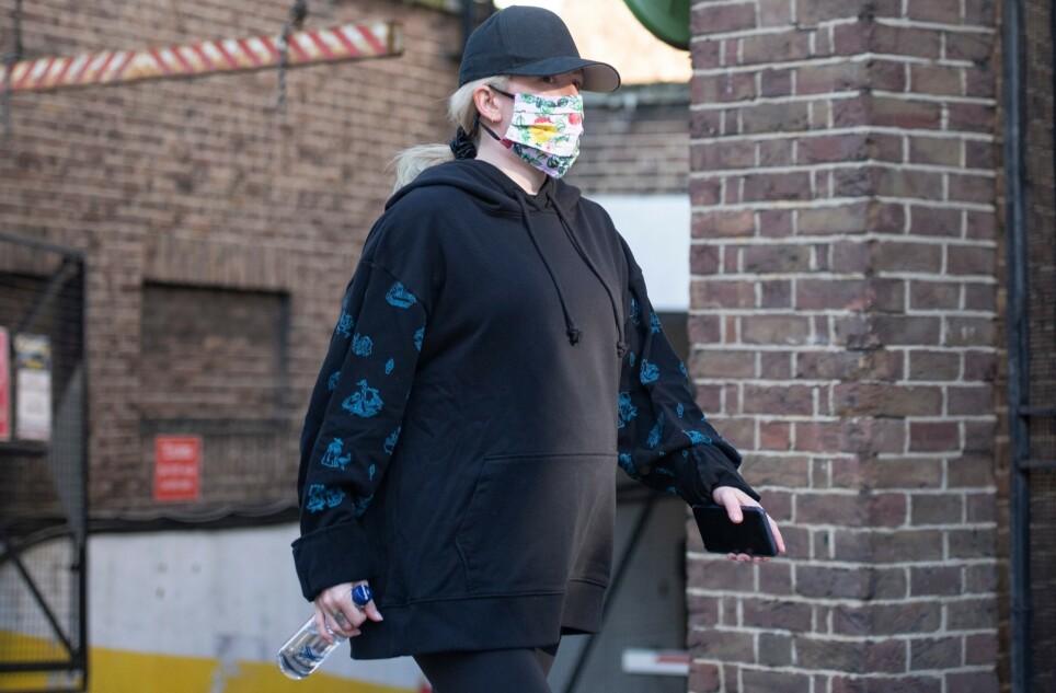 HOLDT GRAVIDITETEN HEMMELIG: Den britiske popstjernen Ellie Goulding holdt graviditeten hemmelig i åtte måneder før hun i forrige uke slapp babynyheten. Her avbildet på joggetur - med babymagen synlig - tidligere denne uken. Foto: Backgrid / NTB