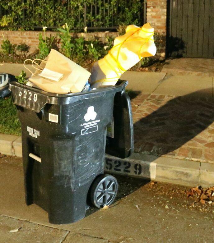 DUKKE: I Hammers søppeldunk kunne man finne denne utstillingsdukken med tau rundt. Foto: SplashNews / NTB