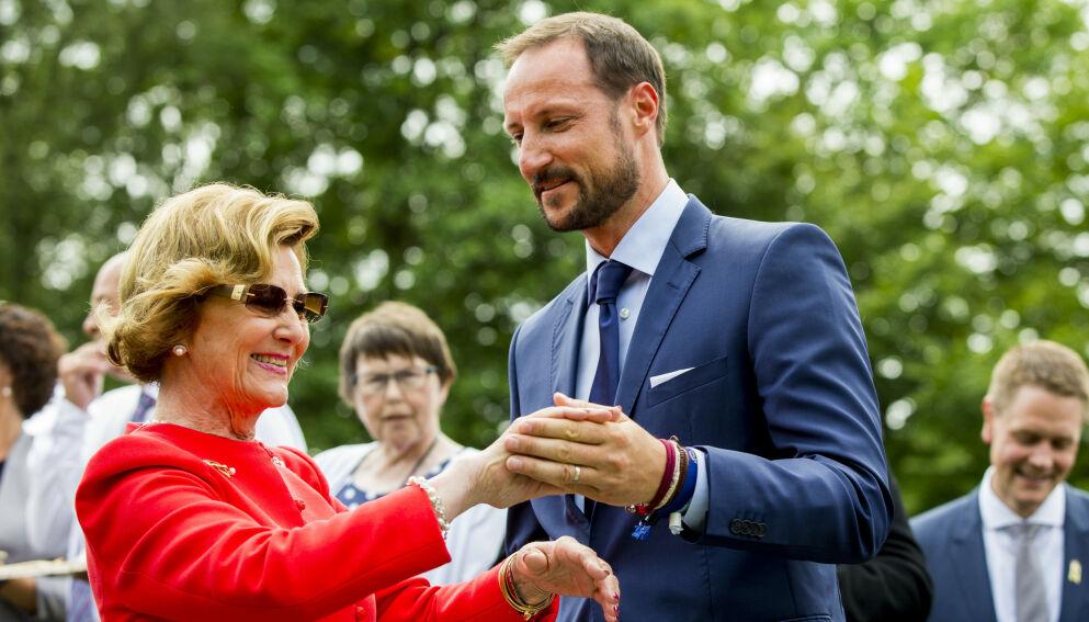 HYLLER MOREN: Kronprins Haakon hyller moren i et nytt intervju. Foto: Vegard Wivestad Grtt / NTB