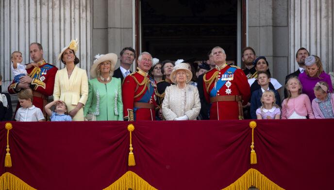 SAMLET: Her er store deler av den britiske kongefamilien samlet på balkongen på Buckingham Palace i 2019. Foto: Victoria Jones / Pa Photos / NTB