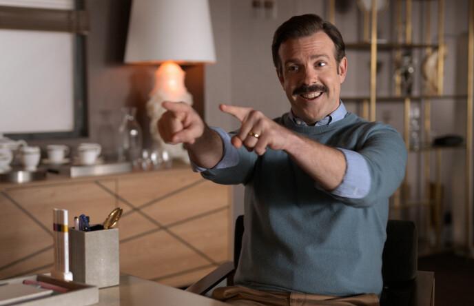 PRISVINNER: Her ser man Jason Sudeikis i rollen som Ted Lasso i tv-serien med samme navn. Foto: Apple TV / AP / NTB
