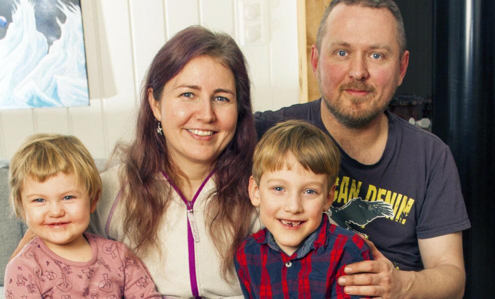 FAMILIEN: Ellen Marie og Ola tar ikke sjansen på å få flere barn. De priser seg lykkelig over at det er gått så bra med Krister og Eva Kristine, som begge er født før termin. Foto: Svend Aage Madsen