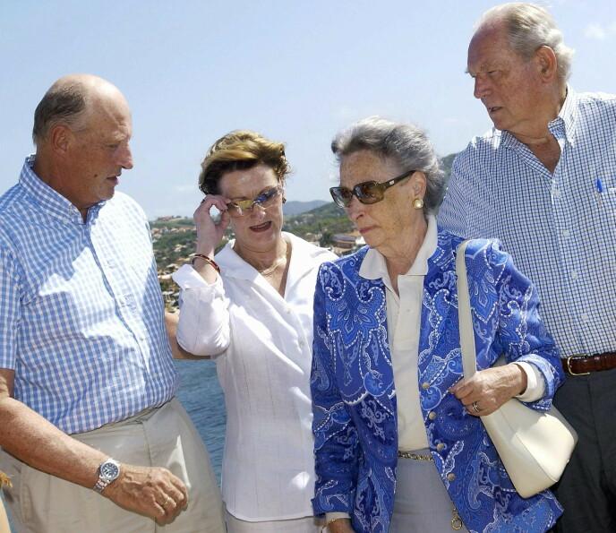 FERIERTE SAMMEN: Her er kong Harald og dronning Sonja avbildet med prinsesse Ragnhild og Erling Lorentzen i 2003 i Brasil. Foto: Heiko Junge / NTB