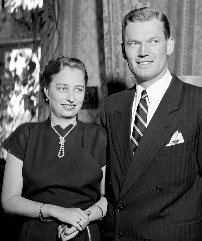 VIKTIG DEL AV FAMILIEN: Se og Hørs kongehusekspert forteller at Erling Lorentzen var en naturlig gjest hos kongeparet. Her er Lorentzen og prinsesse Ranghild sammen i 1953. Foto: Sverre A. Børretzen / NTB