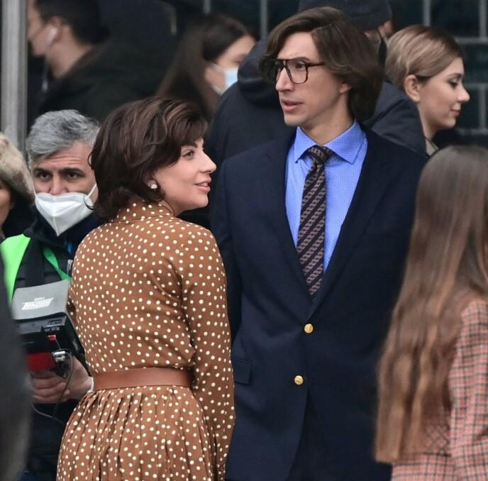 NY FILM: Innspillingen av den kommende filmen «House Of Gucci» er i full gang. Her er Lady Gaga og Adam Driver avbildet under innspillingen. Foto: Miguel Medina / AFP / NTB