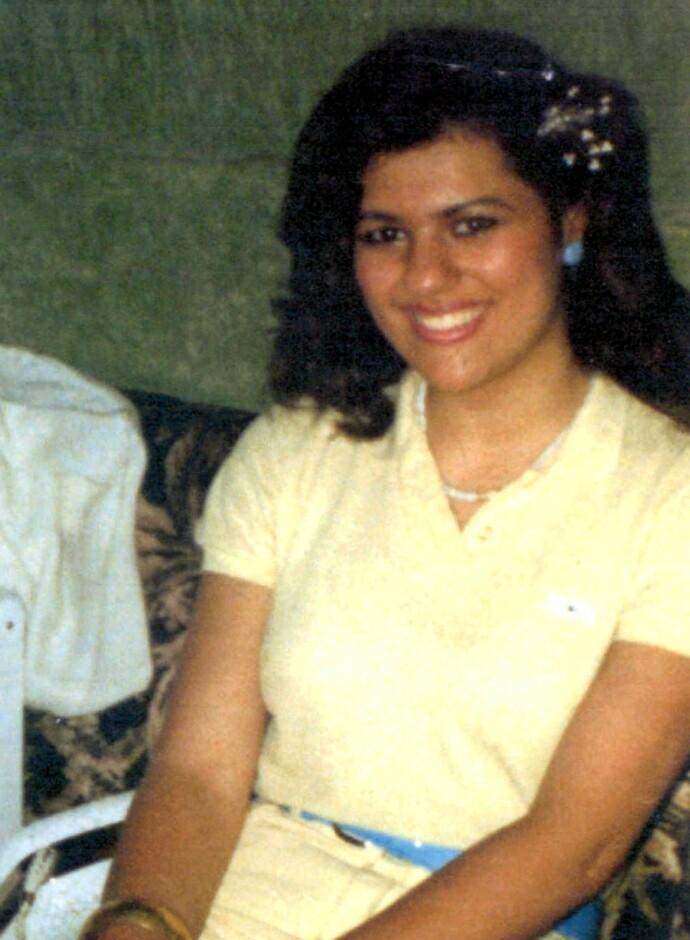 FRYKTELIG SKJEBNE: Yiannoulla Yianni ble kalt Lucy av foreldrene, og var elsket og avholdt av alle hun kjente. Som 17-åring led hun en fryktelig skjebne. Skjorten hun har på seg på bildet er den samme som da hun ble funnet drept. Foto: Rex/NTB