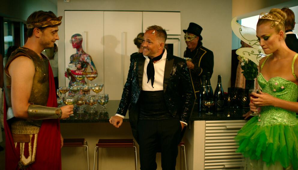 TOURETTES SYNDROM: Skuespiller Jon Øigarden (midten) deler åpenhjertig om sitt Tourettes syndrom og hvordan det påvirker han i hverdagen. Her er han avbildet i en scene fra «Exit» sesong to. Foto: Fremantle/ NRK