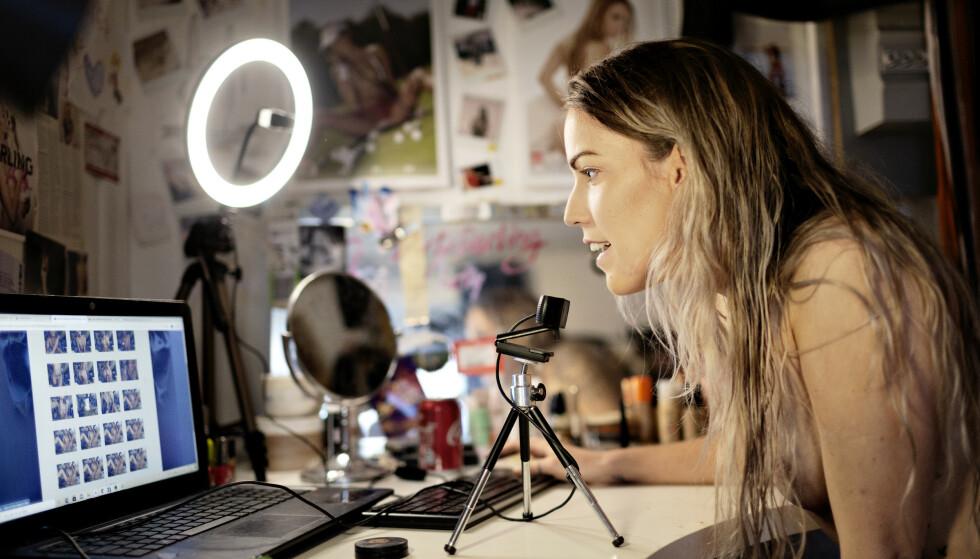 I FOKUS: På «soverommet» står utstyret klart: PC med kamera, mikrofon og en lampe som gir ekstra godt lys. En kunde logger på, og Birgitte tjener 350 kroner på å fake noen orgasmer foran åpent kamera.