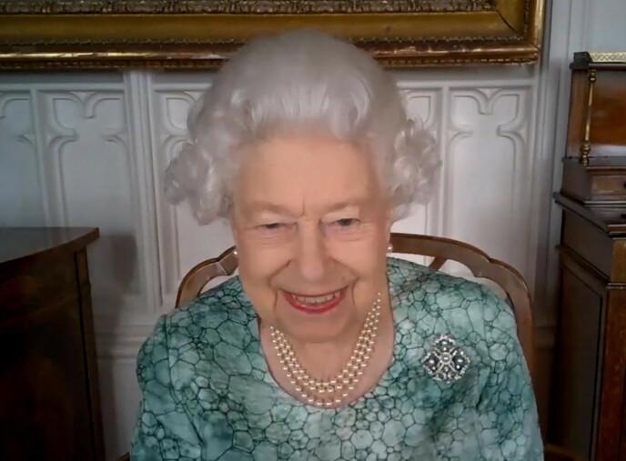 GODT HUMØR: Dronning Elizabeth så ut til å storkose seg under det virtuelle møtet denne uka. Foto: AFP