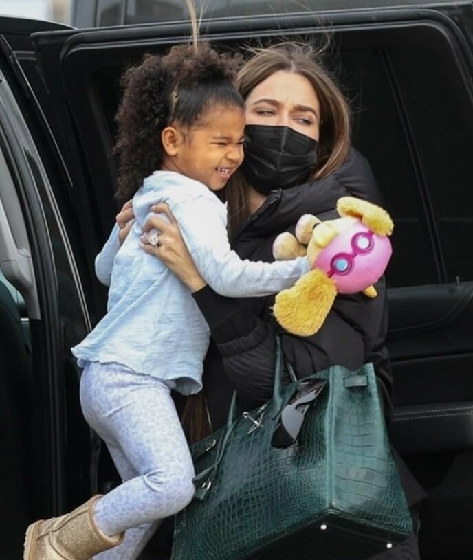 FORLOVET?: Denne ringen ble den yngste Kardashian-søsteren observert med. Foto: Rymi / Patriot Pics / BACKGRID USA / NTB