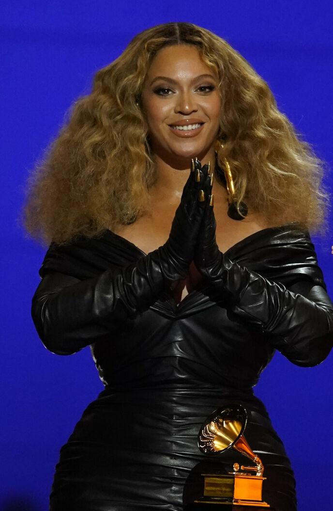 HISTORISK: Beyoncé Knowles tar imot pris for låta «Savage» under årets Grammy Awards natt til mandag. Foto: Chris Pizzello/ AP/ NTB