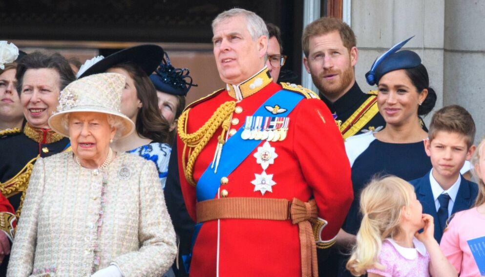 MOR OG SØNN: I juni feires dronning Elizabeths 95-årsdag. En av dem som trolig ikke vil være til stede, er sønnen prins Andrew. Foto: Tim Rooke/REX/NTB