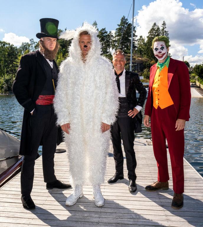 «EXIT»-FIRKLØVER: Pål Sverre Hagen, Tobias Santelmann, Jon Øigarden og Simon J. Berger iført kostymene de bruker på maskeradefesten i sesong to. Foto: Fremantle/ NRK