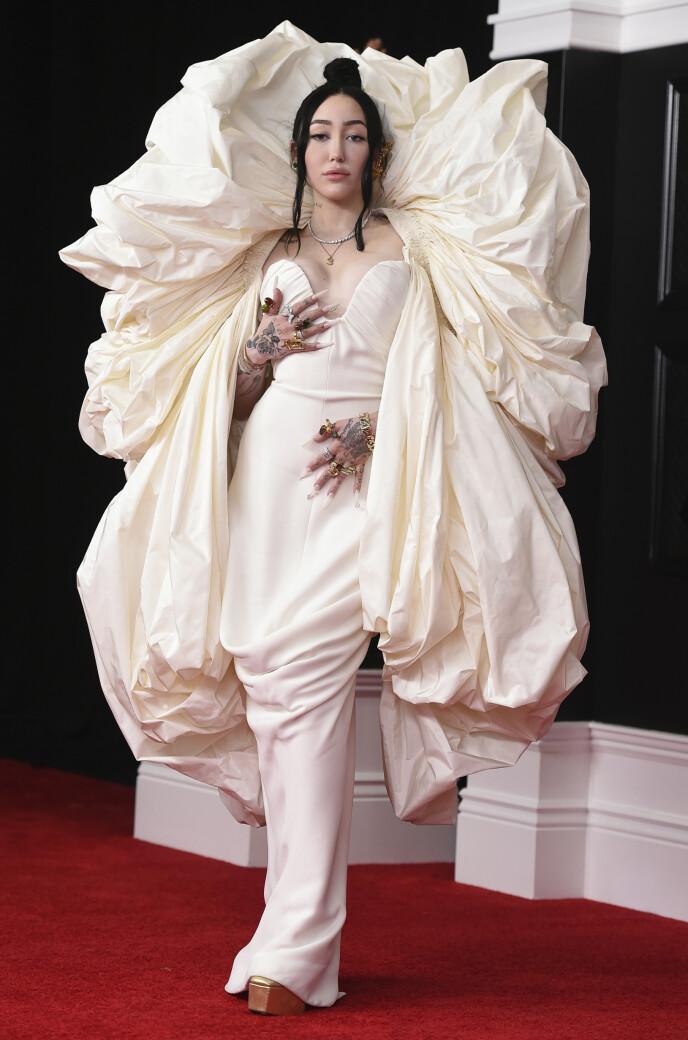 STOLT: Noah Cyrus var svært stolt av å kunne vise frem denne kjolen på den 63. Grammy-utdelingen natt til mandag. Foto: Jordan Strauss/ Invision/ AP/ NTB