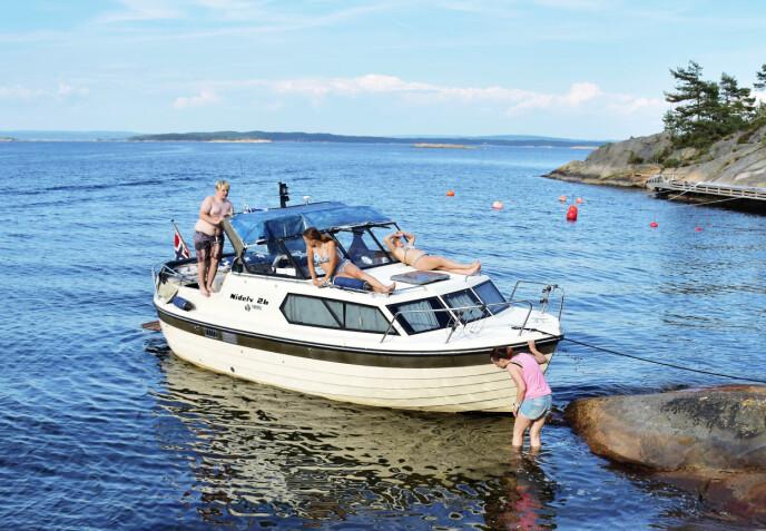 GODE MINNER: Familien koste seg på ferie i båten «Nidelv» før den var nær ved å synke. Foto: Privat