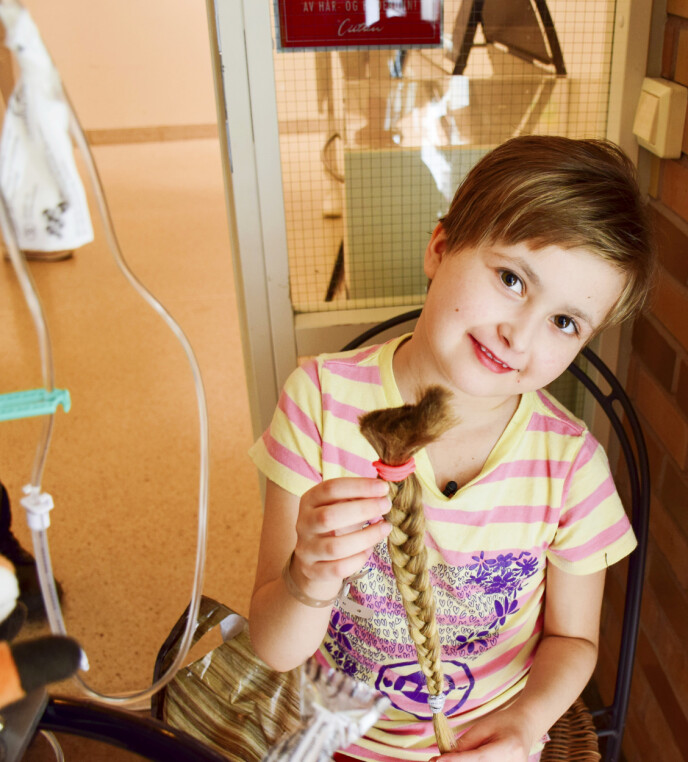 KREFT: Da Isabell fikk kreft, klippet hun selv av seg det lange håret som var samlet i en flette. Cellegiften gjorde henne frisk, men hun sliter med senskader. Foto: Privat