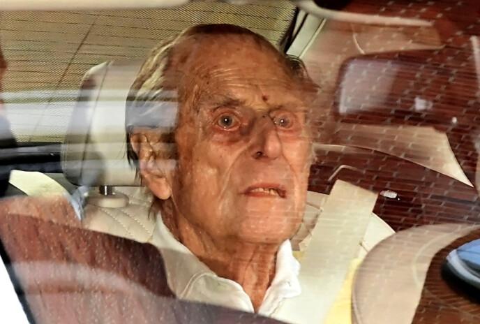 PÅ VEI HJEM: Prins Philip forlater sykehuset. Foto: NTB
