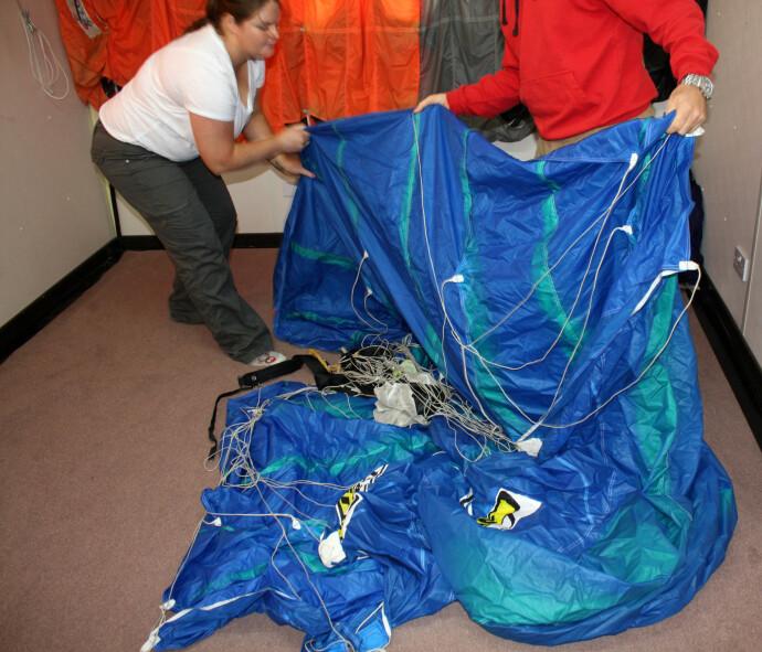 NITID ARBEID: Victoria fallskjerm (bildet) løste seg ikke ut, og under granskningen av ulykken fant man at visse deler som skulle sikre at skjermen løste seg ut manglet. Foto: NTB