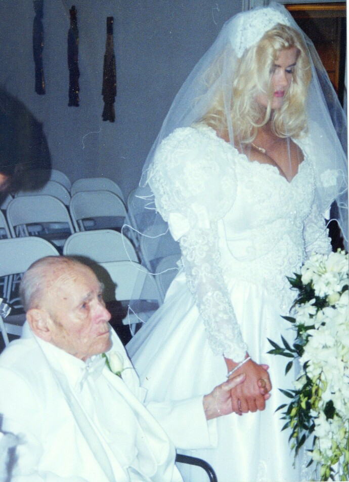 FESTFINE: Anna Nicole Smith (26) i august 1994, da hun giftet seg med oljemagnaten J. Howard Marshall (89) in August of 1994.