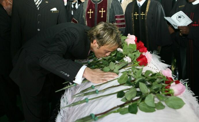 FARVEL: Larry Birkhead kysser Anna Nicole Smith farvel i begravelsen hennes på Bahamas i 2007, etter at hun døde av en overdose. FOTO: NTB