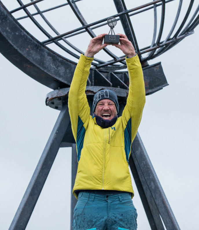 VANT: Komiker Henrik Elvestad viser stolt frem pokalen etter å ha vunnet «71 grader nord - Norges tøffeste kjendis». Foto: Haakon Lundkvist