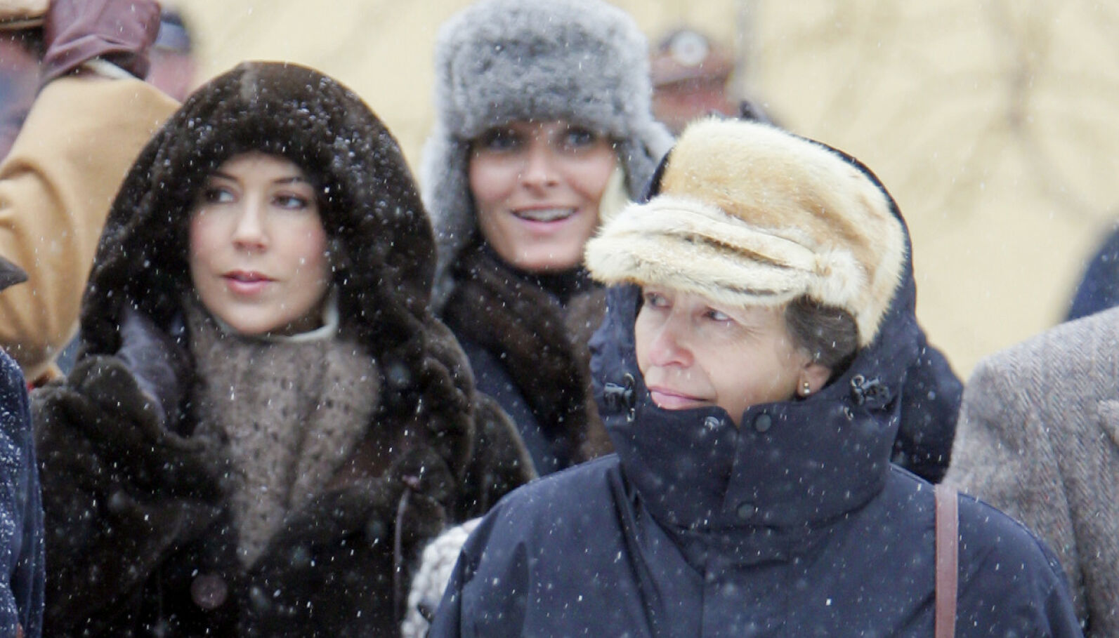 HOLDT HODET KALDT: Prinsesse Anne sammen med kronprinsesse Mary og kronprinsesse Mette-Marit på Folkemuseet i 2007. Foto: NTB.