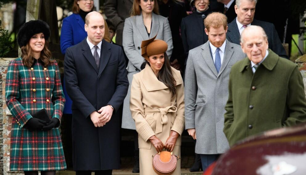 INNLAGT PÅ SYKEHUS: Prins Harrys bestefar Prins Philip (99) var innlagt på sykehus da det omstridte intervjuet med Oprah Winfrey ble sendt på TV. Her er Meghan og Harry sammen med Kate, William og prins Philip 1. juledag 2017. Foto: Tim Rooke / REX / NTB