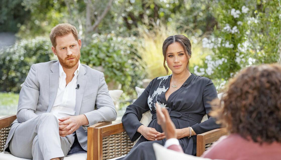 HÅND I HÅND: Prins Harry og hertuginne Meghan i det sjokkerende intervjuet. Meghans kjole var dekorert med lotusblomster, som skal symbolisere gjenfødelse og nye begynnelser. FOTO: NTB