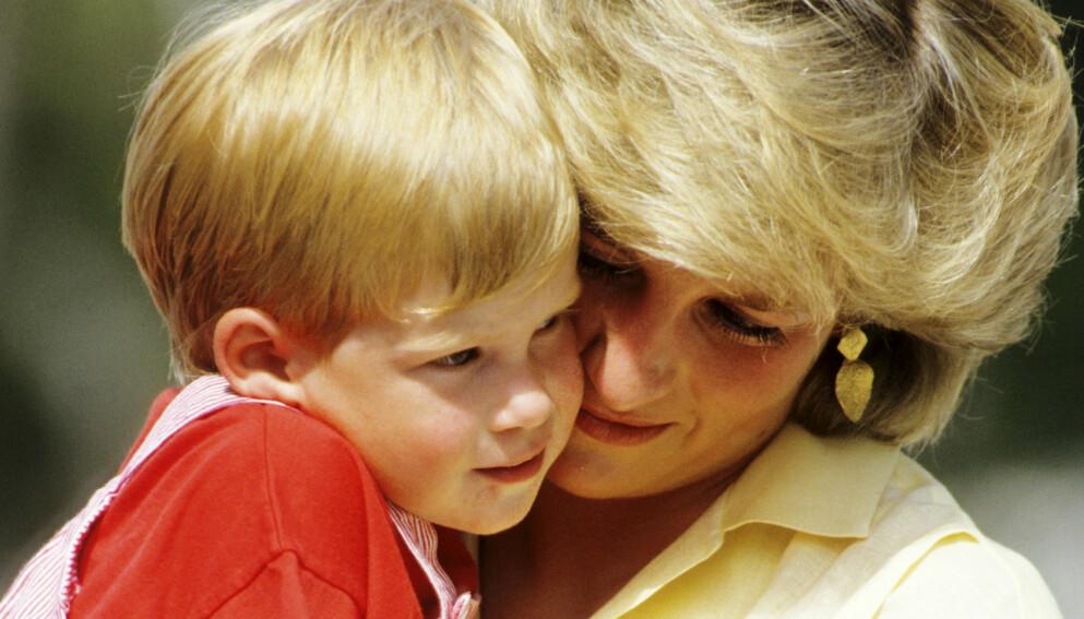 OPPVEKST: I et nytt intervju forteller prins Harry om hvordan det var å se moren sin bli jaget av paparazzier. Her er han avbildet med sin avdøde mor, prinsesse Diana, i 1987. Foto: Georges De Keerle / Getty Images / NTB