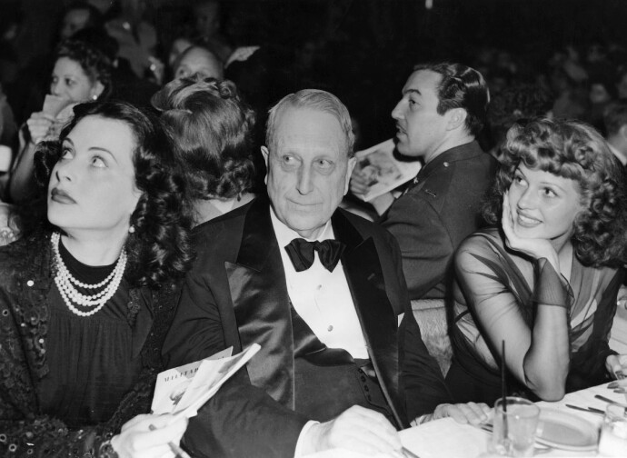 FINT SELSKAP: Oldefar William Randolph Hearst sammen med Hedy Lamarr og Rita Hayworth. Foto: Kobal/REX/NTB