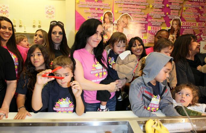 HEKTISK LIV: «Octomom» avbildet med blant andre sine eldre barn på et milkshake-sted i West Hollywood i 2010. Foto: Unimedia/ REX/ NTB