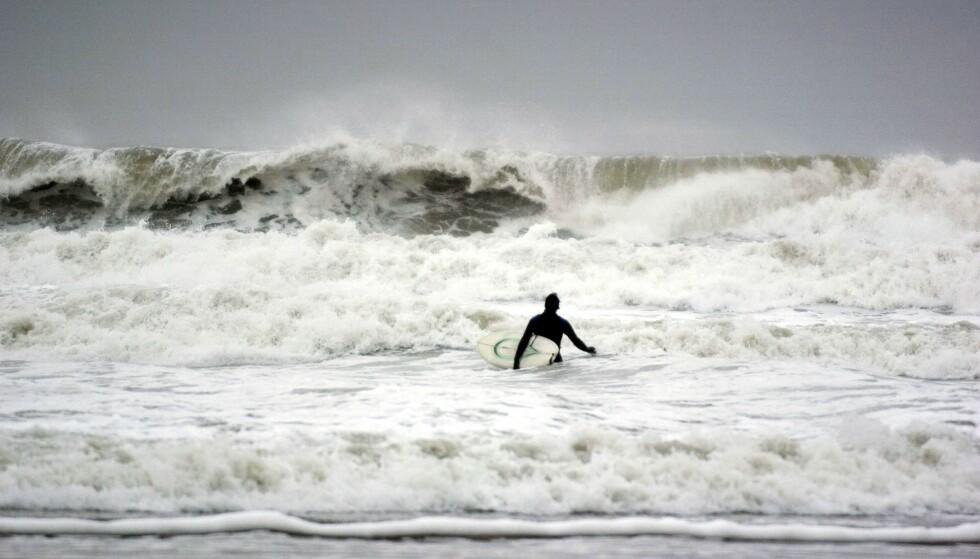 DØDE: Katherine Diaz mistet livet under en surfetrening. (Bildet er av en annen surfer). Foto: NTB