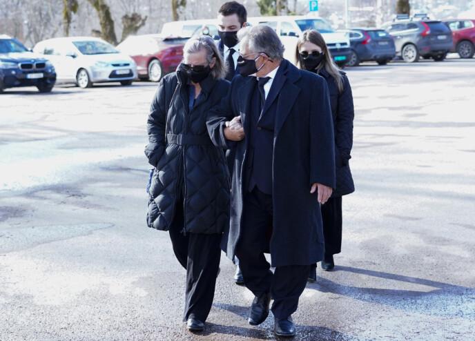 BEGRAVELSE: Erling Lorentzens datter Ingeborg ankom kirken, sammen med ektemannen. Foto: Lise Åserud / NTB