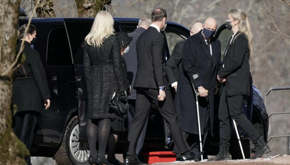 TROSSET SYKMELDINGEN: Kong Harald er for tiden sykmeldt, men dukket opp i Erling Lorentzens begravelse på krykker. Foto: Stian Lysberg Solum / NTB
