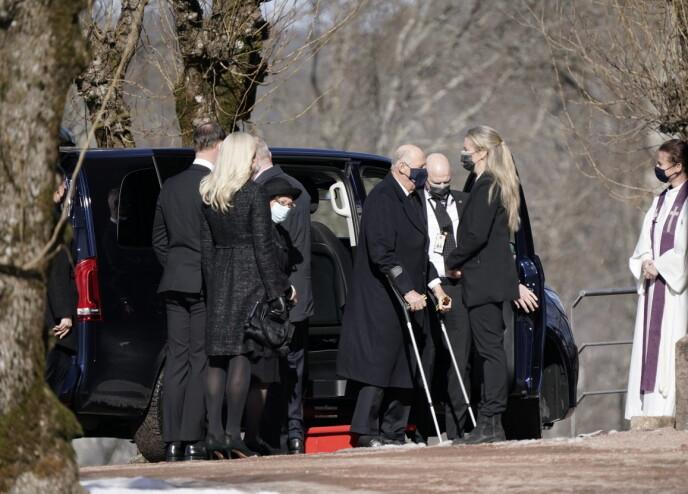 TIL STEDE: Kong Harald utenfor Asker kirke i anledning Erling Lorentzens begravelse. Foto: Stian Lysberg Solum / NTB