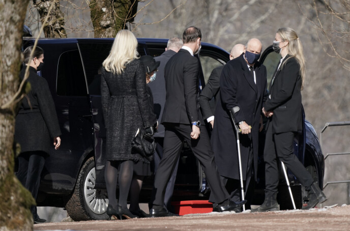 KRYKKER: Kong Harald er for tiden sykmeldt, og ankom Asker kirke på krykker. Foto: Stian Lysberg Solum / NTB