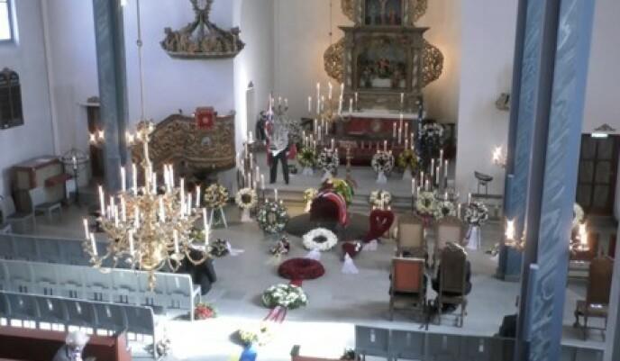 ET SISTE FARVEL: Erling Lorentzen ble stedt til hvile i Asker kirke. Foto: Skjermdump