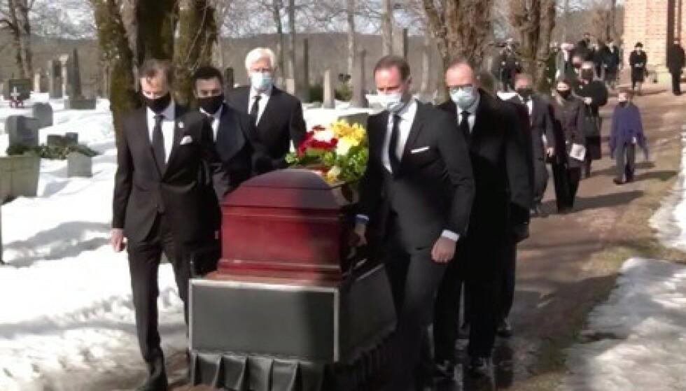 TOK FARVEL: Mandag formiddag tok den nærmeste familien farvel med Erling Lorentzen. Her ser man blant andre kronprins Haakon bære Lorentzens kiste. Foto: Skjermdump