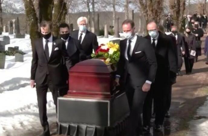 BAR KISTEN: Kronprins Haakon var blant dem som bar Erling Lorentzens kiste. Foto: Skjermdump
