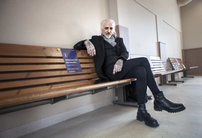KLEDD I SVART: Tim Scott McConnell, her på jernbanestasjonen i Moss, er aktuell med albumet «Black Valley». Foto: Anders Grønneberg / Dagbladet