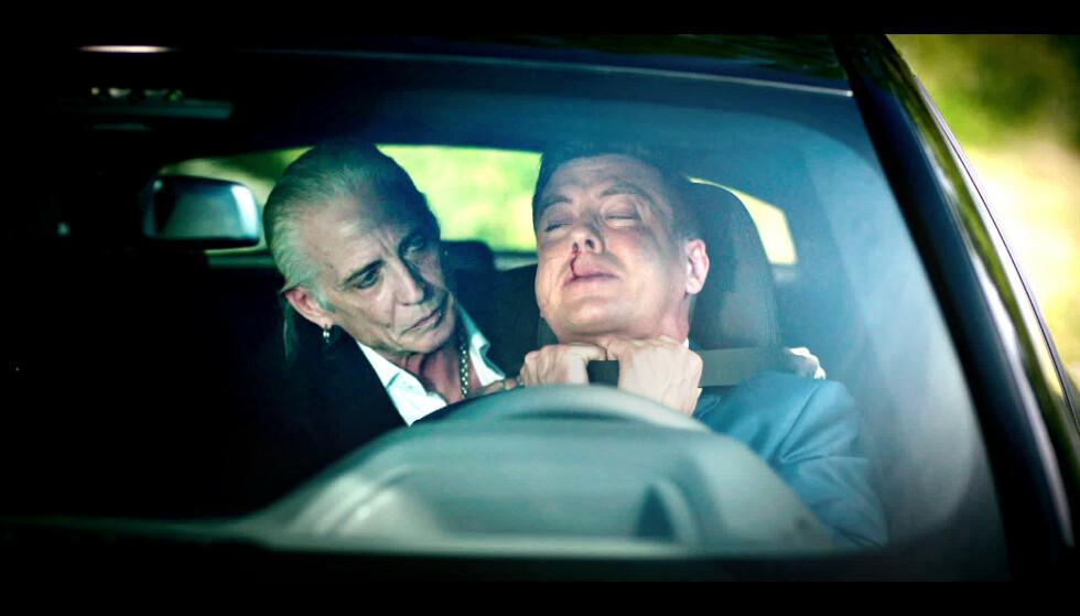 «EXIT»-TORPEDO: Her ser vi Tim Scott McConnell fra en rolle i «Exit 2», der han strangulerer William, spilt av Pål Sverre Valheim Hagen. Foto: NRK