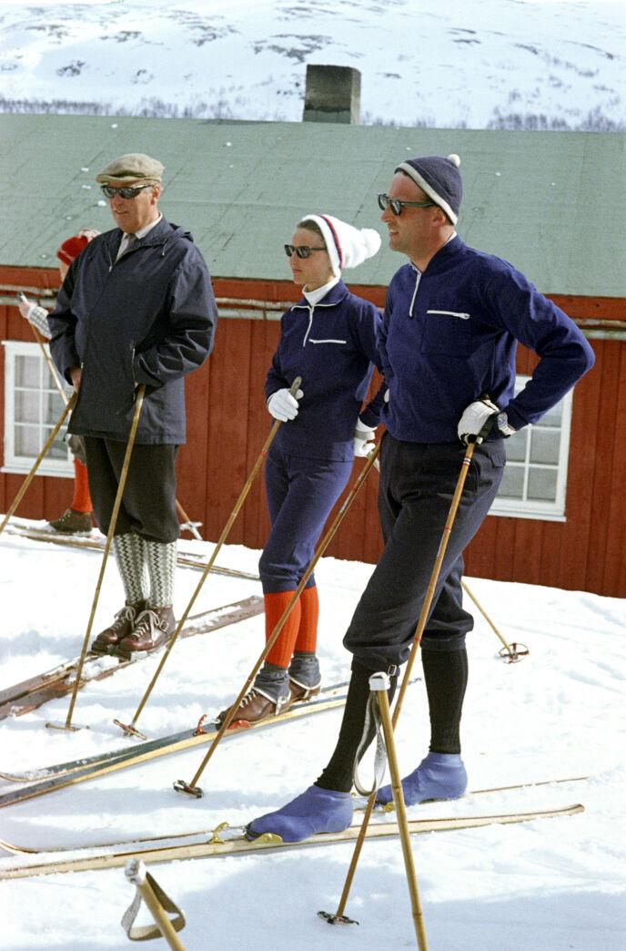 TO GENERASJONER: Kong Olav, Sonja og kronprins Harald fotografert på ski utenfor Prinsehytta i Sikkilsdalen i 1968 før vårt nåværende kongepar giftet seg. Foto: NTB