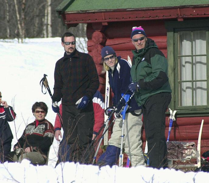 FAMILIEPÅSKE: Kronprins Haakon, kronprinsesse Mette-Marit og kong Harald i 2002. Foto: Jarl Fr. Erichsen / NTB