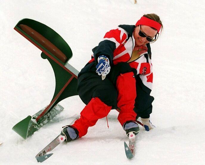 HER GIKK DET GALT: Dronning Sonja ramlet over målstreken under rebusløpet påskeaften i Sikkilsdalen 1994. Foto: Tor Richardsen / NTB